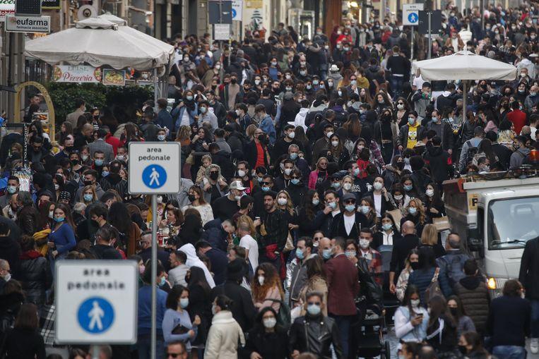 Heel veel volk in Napels. Beeld Photo News