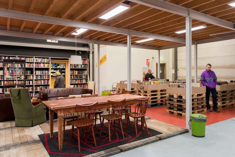 In de winkel zijn stijlhoeken met meubels ingericht Beeld Marijke Stroucken