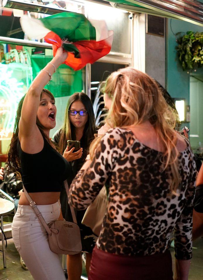 I fan italiani impazziscono nel quartiere londinese di Soho.