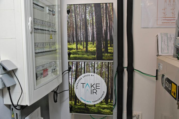 Het innovatief luchtbehandelingssysteem. In het kastje hangt de baxter. Via het groene buisje worden de positieve bosorganismen in het ventilatiesysteem gebracht.