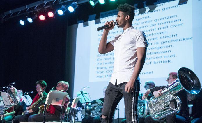Kibrom bij een eerdere uitvoering van zijn rap bij muziekvereniging Excelsior in Eibergen.