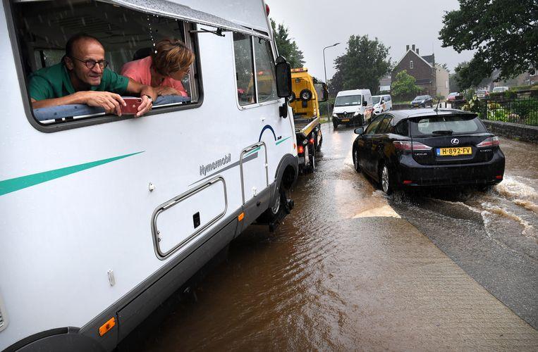 Een gestrande camping in Mechelen tijdens de overstromingen in Limburg van afgelopen juli.  Beeld Marcel van den Bergh
