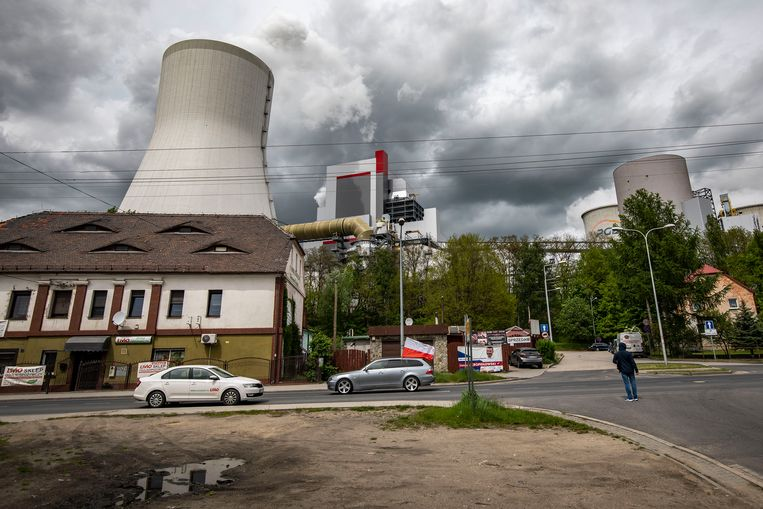 Koeltorens van de kolencentrale in Bogatynia. Beeld Getty Images