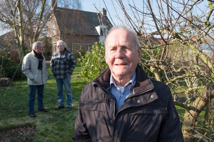 Rinus Roks heeft een tuin met boomgaard midden in Sirjansland.