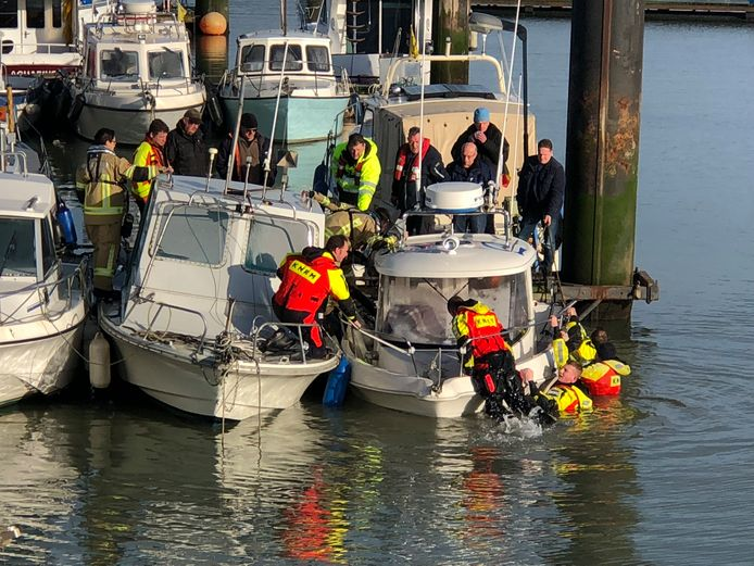 Brandweer en redders wisten het schip uiteindelijk voor een deel boven water te houden