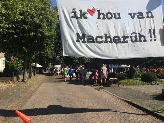 De eerste kermisfeesten in Macharen kenden een traditionele opening: het straatfeest in de Dorpstraat.