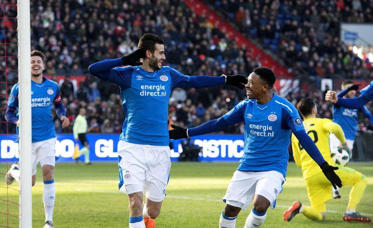 Gaston Pereiro (links) en Steven Bergwijn van PSV juichen na de 3-1 van Pereiro. PSV wint in de Kuip met 3-1 van Feyenoord.  Beeld ANP