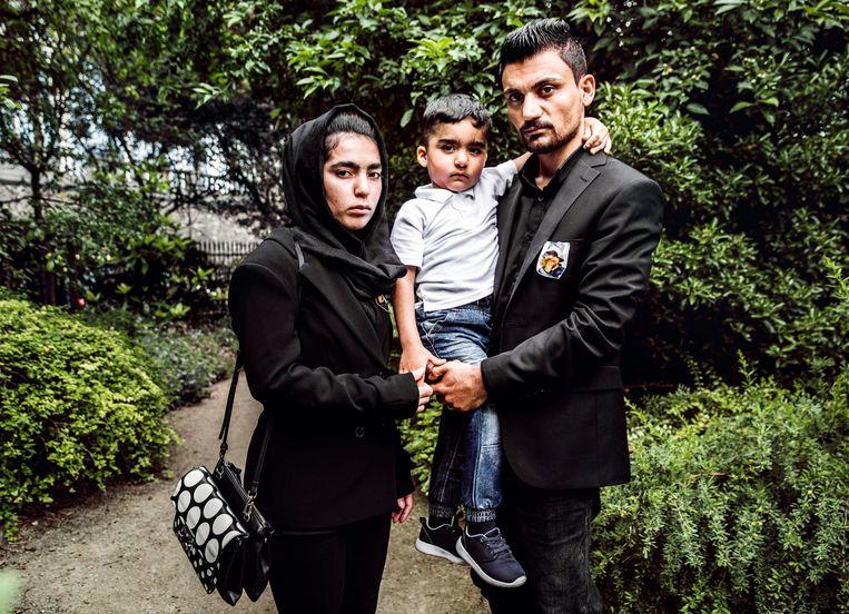 Ali Shamdin, Amir Perhast en zoon Mohamad: 'Terugkeren naar Irak is echt geen optie. Mijn schoonfamilie zou mijn vrouw zeker vermoorden.' Beeld Aurélie Geurts