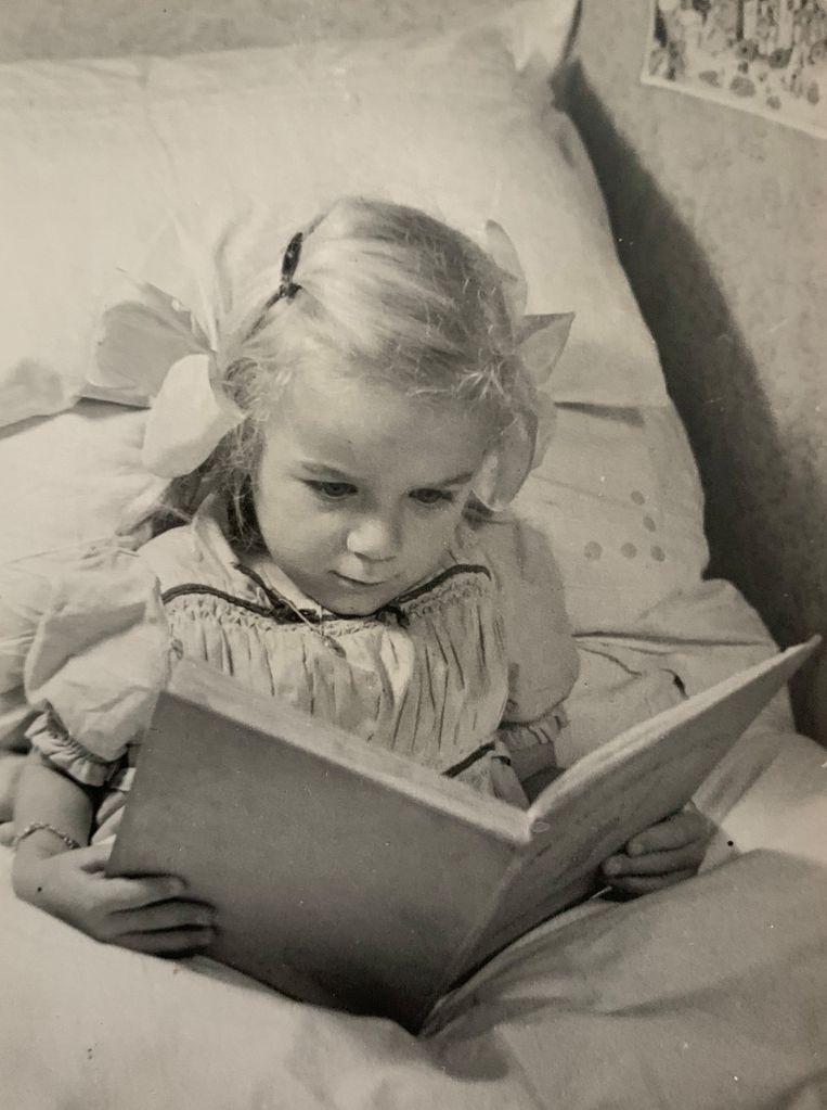 AnneMieke Bökkerink als jong meisje, haar moeder leerde haar lezen. Beeld