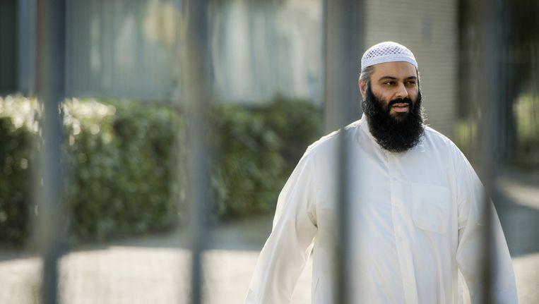 De islamitische leraar Suhayb Salam uit Tilburg leert zijn studenten ongelovigen te haten. Ondanks dat de imam omstreden is zou hij geen gevaar vormen voor de veiligheid en democratie en kan hij dus ook geen preekverbod krijgen. VVD Tilburg was in 2015 de enige partij die de imam wilde uitsluiten. Beeld anp