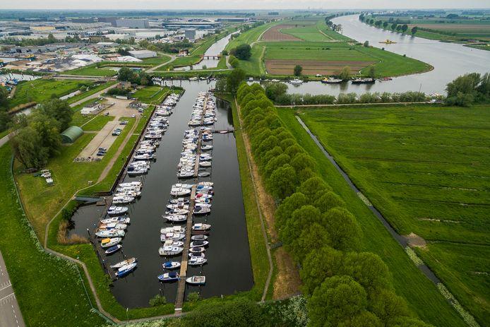 Op de plek waar voorheen de jachthaven was, wil Waalwijk een containerhaven bouwen.