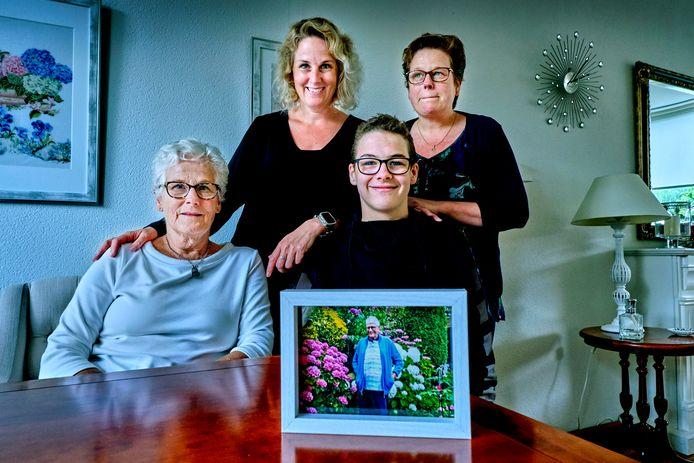 """Ria Westerhout met haar dochters Ramona (midden) en Elvira en kleinzoon Ryan. Dochter Alice woont in Portugal. ,,Als we iets nodig hadden, hoefden we het maar te zeggen en papa regelde het"""", aldus Ramona."""