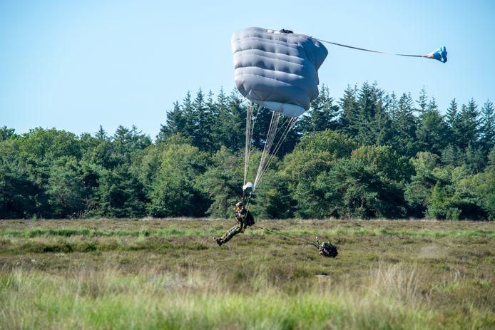 Dropping van parachutisten boven de Regte Heide in 2019.