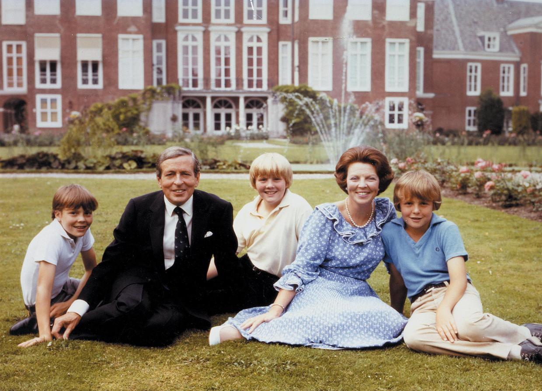 1979: koningin Beatrix en prins Claus poseren met hun zonen, Willem-Alexander, Johan Friso en Constantijn. Beeld Benelux Press