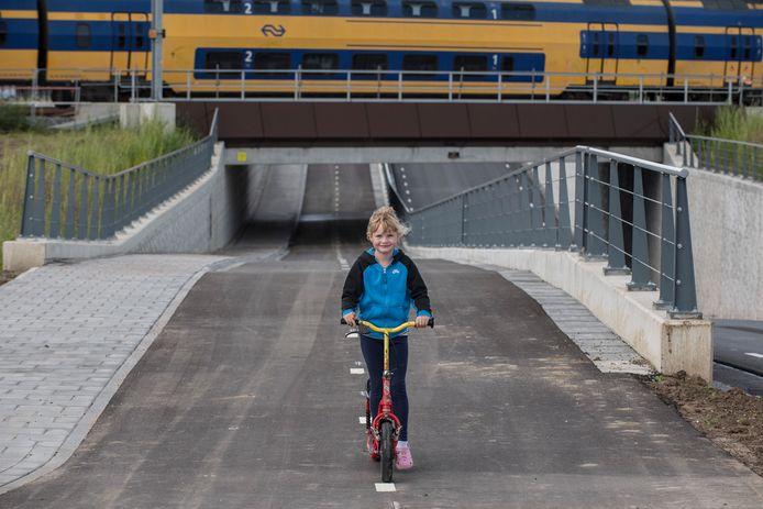 Dit meisje ging net voorafgaand aan de officiële opening van de nieuwe tunnel onder het spoor in Tricht al lekker steppend door de tunnel.