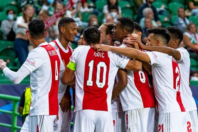 Feest bij Ajax. De Amsterdammers boekten woensdagavond een belangrijke zege (5-1) op bezoek bij Sporting Portugal.