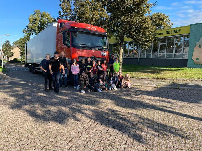 Kinderen van groep 8 van de basisschool in Macharen hebben een vrachtwagen volgeladen met oud schoolmeubilair dat een tweede leven krijgt op de  Nederlandse Antillen.