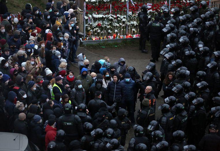 Politieagenten in Belarus arresteren demonstranten tijdens een vreedzame demonstratie tegen president Loekasjenko, die zichzelf in augustus volgens hen ten onrechte heeft uitgeroepen tot winnaar van de presidentsverkiezingen.  Beeld EPA