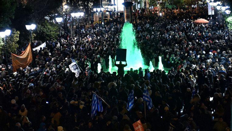 De Griekse bevolking betoogt voor het parlementsgebouw om hun steun aan de nieuwe regering te betuigen. Beeld AFP