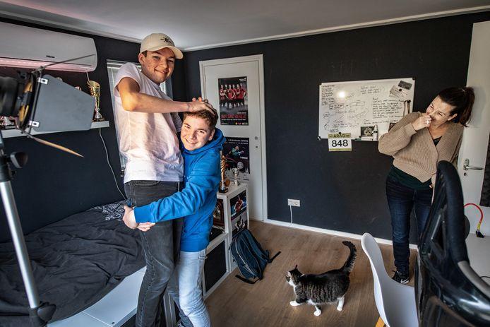 Job en Dirk, rechts moeder Maryse Zalmé.