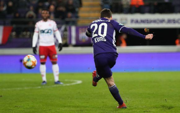 Kums trapt op vrije trap de 2-0 binnen tegen KV Kortrijk. Anderlecht zeker van PO1.