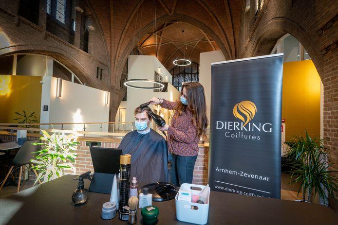 Kapper Michelle Bax van Dierking kappers knipt in verbouwde kerk.