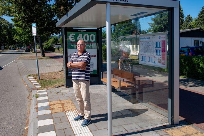 Mantelzorger Wim van Vonderen bij de bushalte in Nijmegen. Lijn 9 brengt hem (bijna) naar Grave.