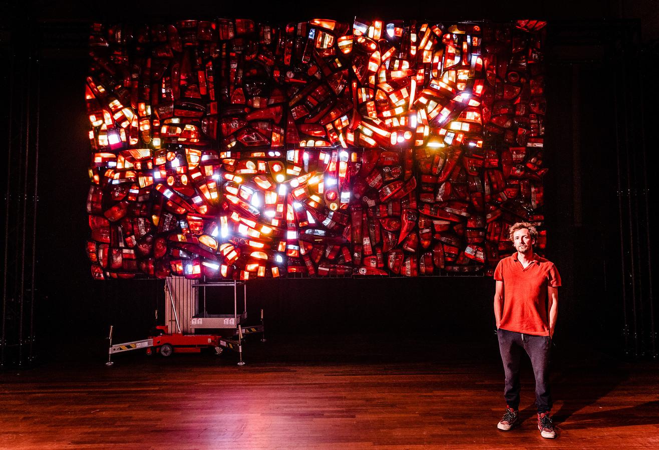 John van Oostrum van theatergezelschap Touki Delphine bij de installatie Firebird in het Energiehuis.