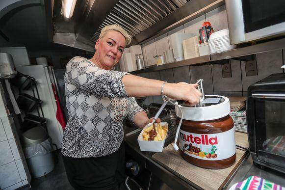 Noëlla Vanaubel (49) van de Lanaakse frituur 'Het Frit-Burgerke' smeert voortaan Nutella op haar frieten.
