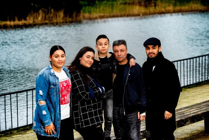 Ilayda, Ceren, Kayra, Ali en Samed Koç (vlnr) proberen hun leven weer op de rit te krijgen na het ongeluk waarbij moeder Buket het leven liet.