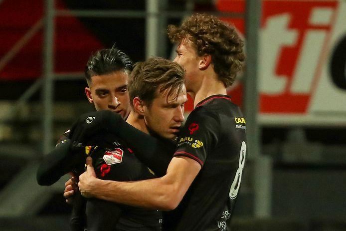 Reuven Niemeijer (m) werd matchwinnaar tegen FC Eindhoven.