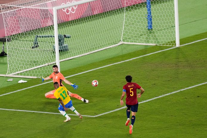Malcom schiet de winnende binnen voor Brazilië.