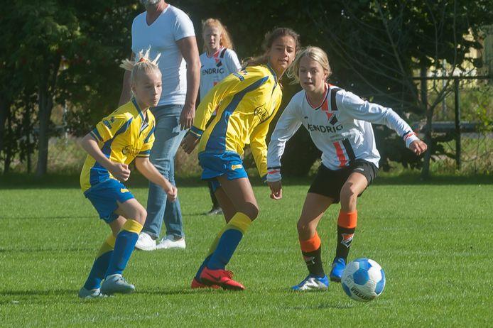 Steeds meer meisjes zitten op voetbal.