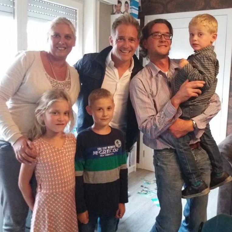 Het hele gezin op de foto met Christoff: mama Nancy, zus Dieuwke, broer Viggo en papa David met Thor op zijn arm.