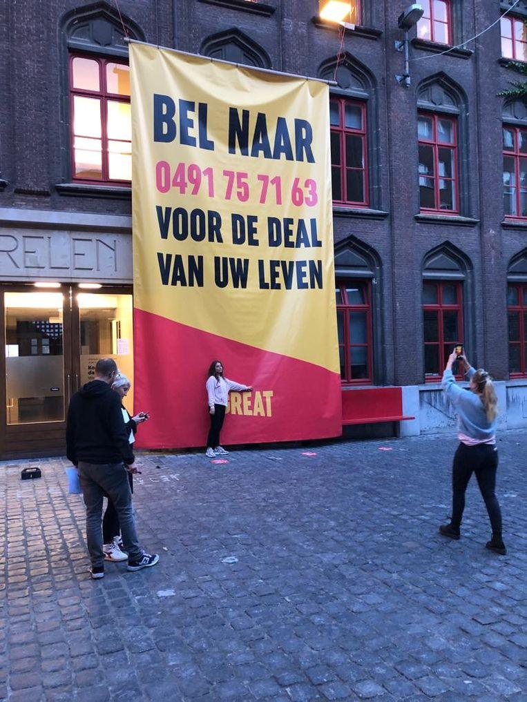 Wie vandaag door het centrum van Kortrijk wandelt, zal er niet naast kunnen kijken: op verschillende plekken in het straatbeeld zie je een oproep om een gsmnummer te bellen en de 'deal van je leven' te doen.