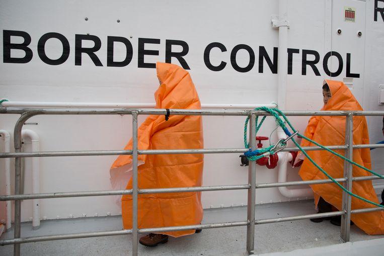 Twee uit zee geviste kinderen aan boord van een Frontex-patrouilleboot. De kinderen zijn gered voor de kust van het Griekse eiland Lesbos.  Beeld AP
