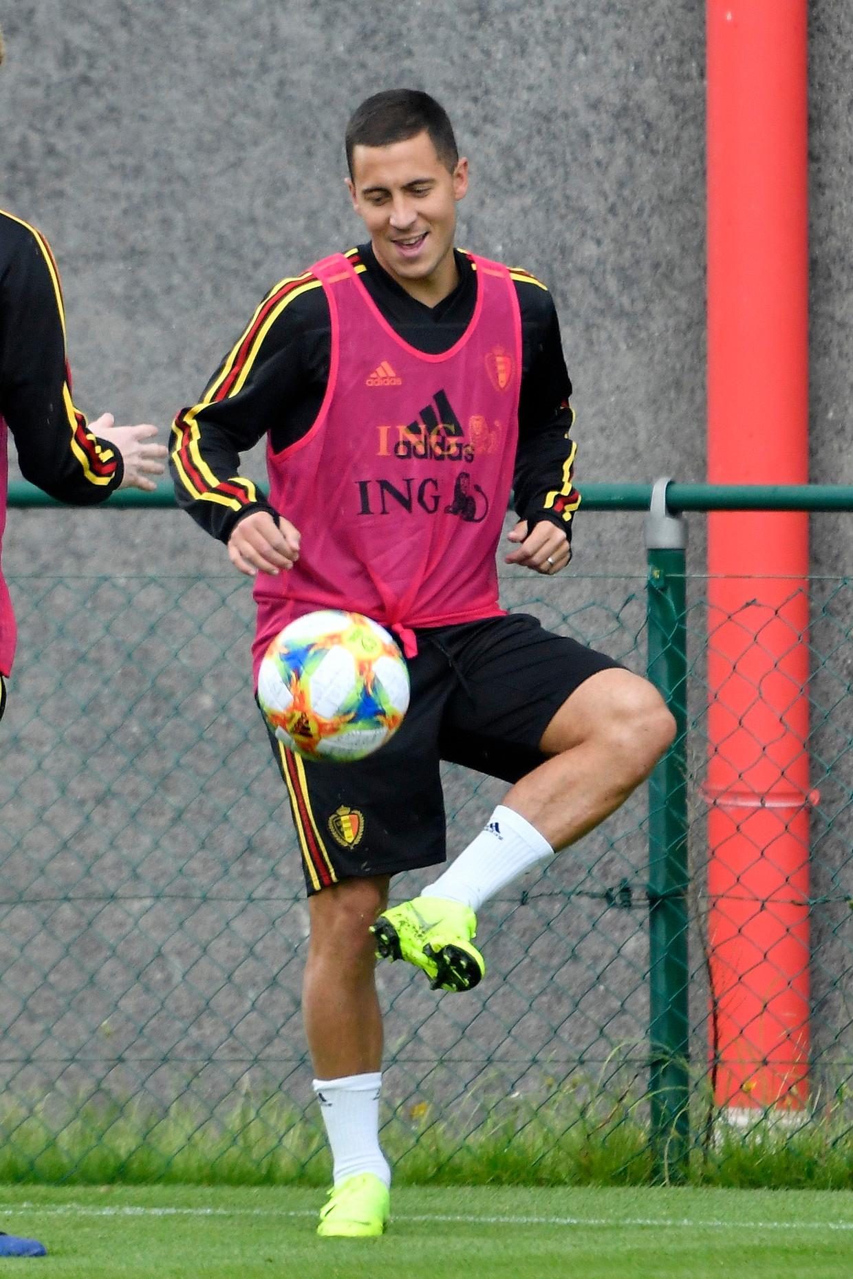 De glimlach is nooit ver weg bij Eden Hazard in Tubeke. Zeker niet na zijn toptransfer. Beeld Photo News