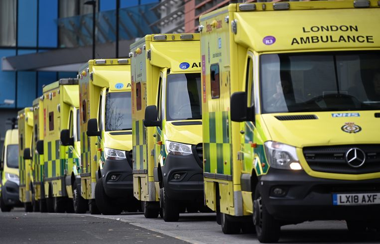 Ambulances in rij aan het Royal London Hospital. Beeld EPA