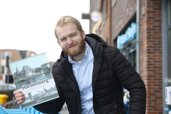 Gerard de Boer van de Albert Heijn in Hardenberg  is trots op het spaaralbum met oude foto's.