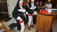 The Knitting Sisters haken Poppies in Café de Zwaan