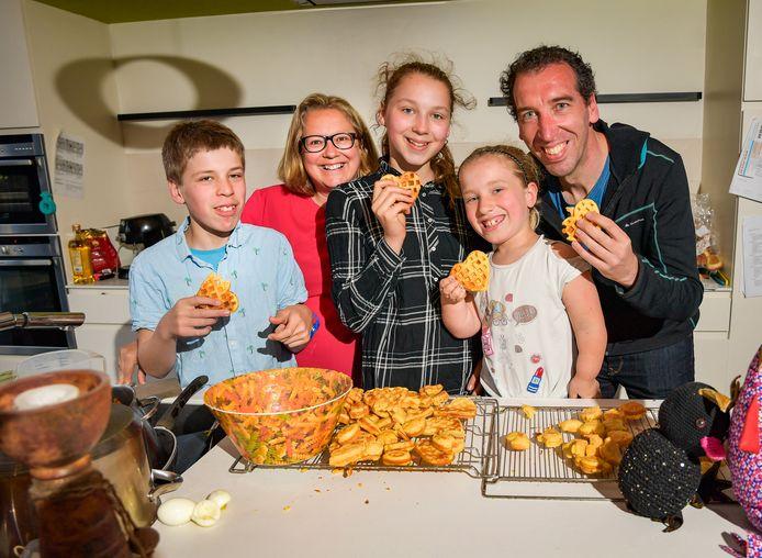 Hilde Guedens, haar man Peter Vervoort en de kinderen - van groot naar klein: Julie, Daan en Mila.