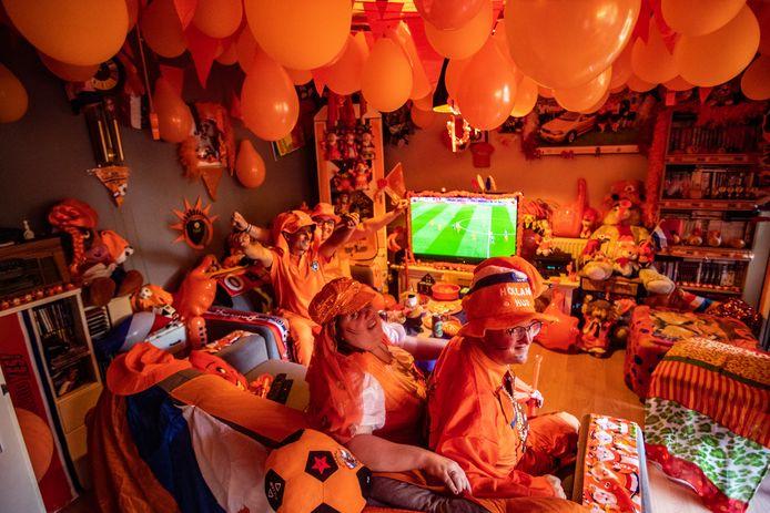 Jan en Carola vallen bijna weg tegen de lawine van Oranje. Ze kijken samen met Kirsten en Martijn van Broekhuizen (op de voorgrond) naar de eerste wedstrijd van Oranje tegen Oekraine.