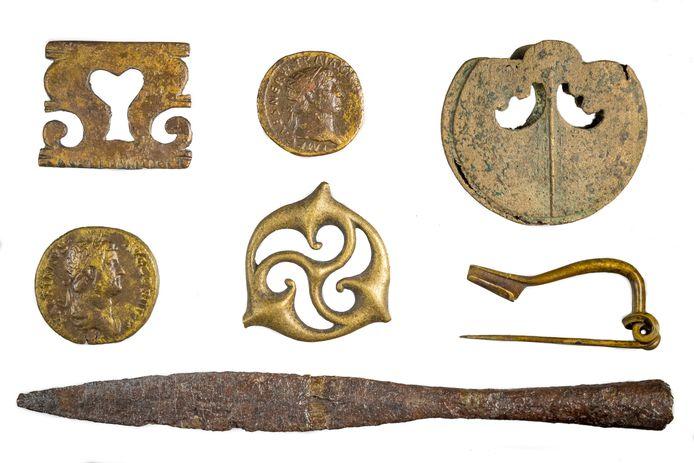 Baggervondsten uit de Loowaard in Duiven. Met centraal op de foto een bronzen gordel- of paardentuig.