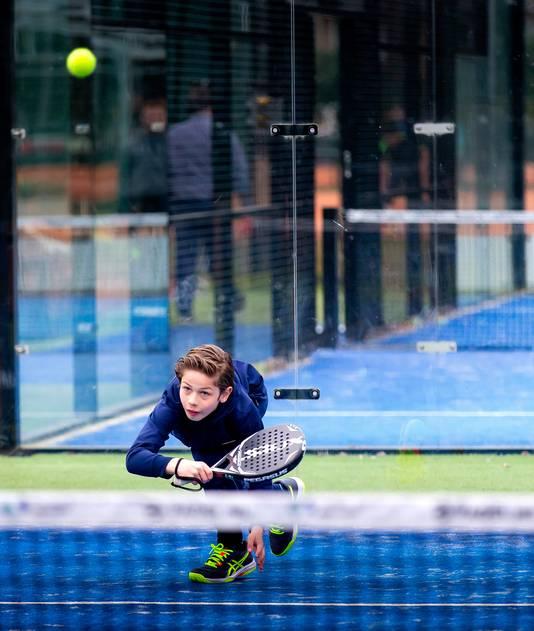 Met toestemming van de overheid hebben de jongste jongeren op de tennisbanen net iets meer vrijheid. En ze profiteren ervan: door heel Nederland zakt de gemiddelde leeftijd van het ledenbestand van tennisclubs snel.
