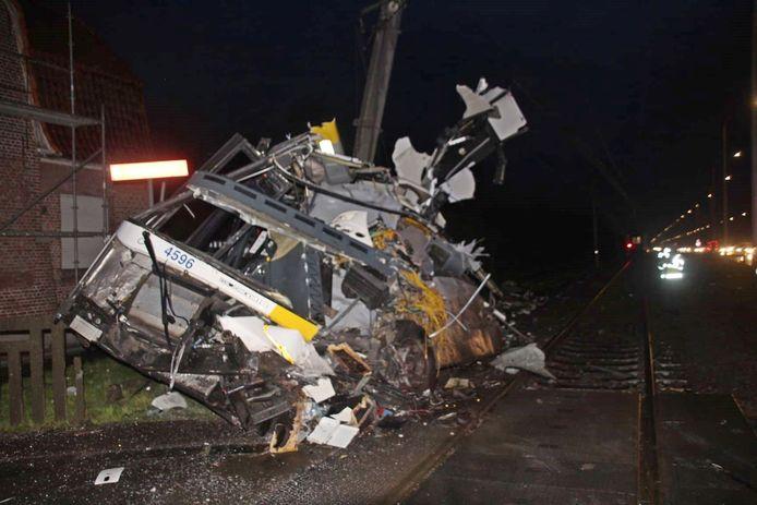 De verhakkelde bus na de aanrijding door een trein in Vlamertinge (Ieper).