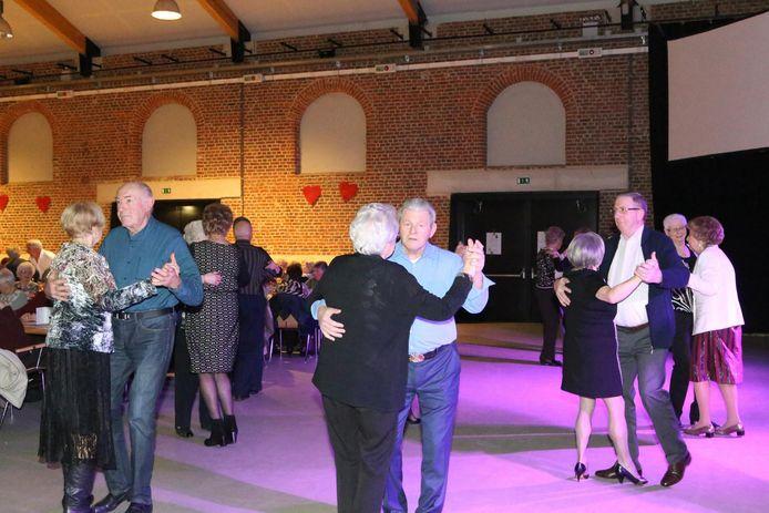 De senioren waagden zich aan een dansje ophet Valentijnsbal.