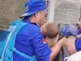 Reddingswerkers halen baby onder puin van ingestort huis vandaan in China