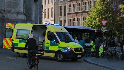 Fietser gewond naar ziekenhuis na aanrijding met Lijnbus