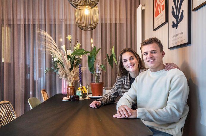 Hockeyers Thijs van Dam en Pien Sanders in hun nieuwe huis in Rotterdam.  Foto:Frank Jansen
