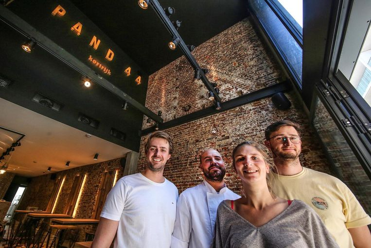 Robbert Vandaele, Andres Nachtegaele, Marie Seynaeve en Flor De Baene in het nieuwe restaurant Pand 44.
